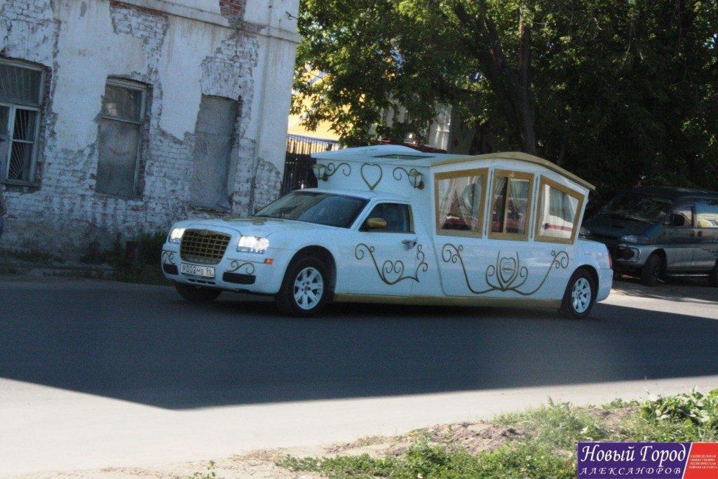 Лимузин на котором передвигались молодожены