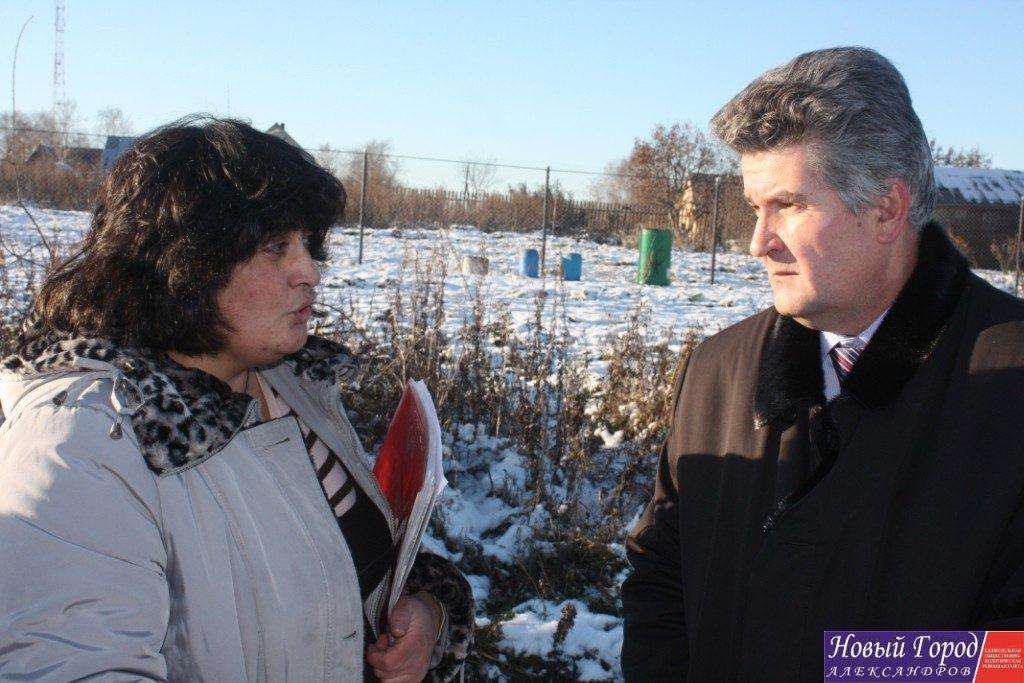 Глава администрации Александровского района приехал к А. Бегиян, чтобы еще раз выслушать её проблему.