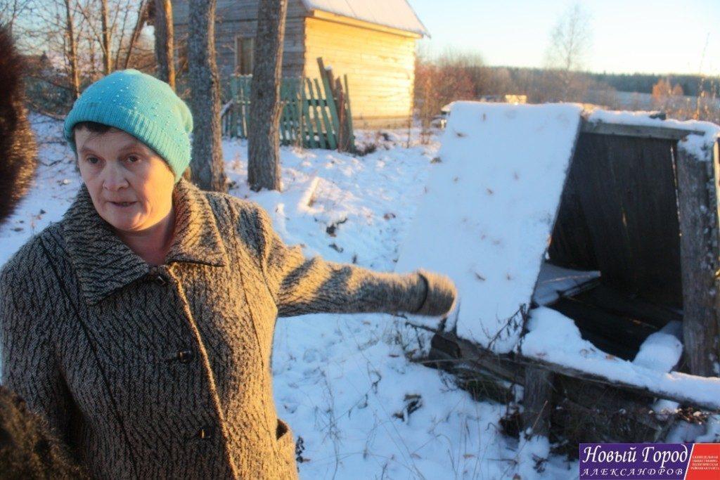 Жительница деревни Малое Михалёво показывает колодец, из которого раньше все брали воду. Теперь он полностью разрушен, а воду люди берут у дачников.