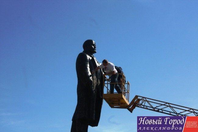 Глава района с депутатом райсовета покрасили памятник
