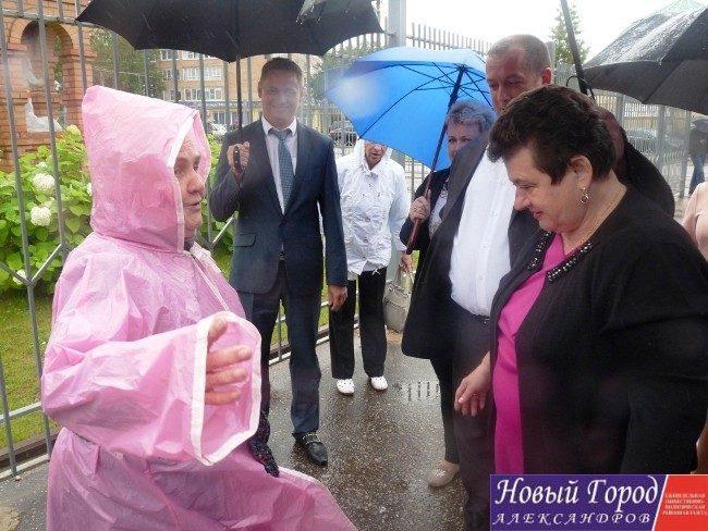 Светлана Орлова общается с жительницей города