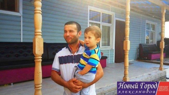Джахонгир со своим сыном Расулом, который через пару обретен новое имя - Путин