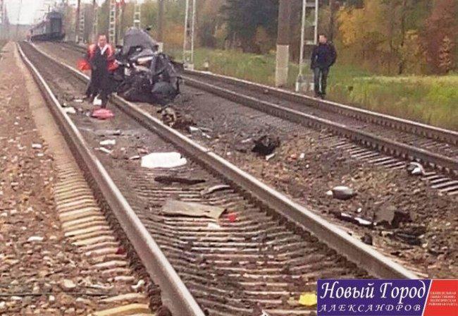 """Поезд """"протащил"""" автомобиль около 56 метров"""
