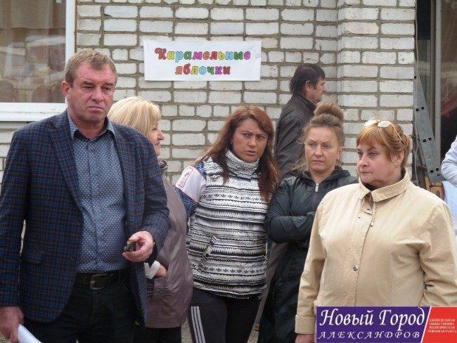 Районные депутаты предпочли наблюдать за митингом за спиной Романова