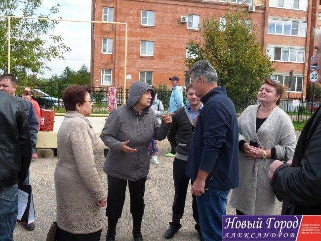 Игорь Першин общается с жителями