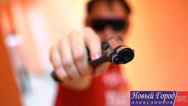 В Струнино человек с пистолетом ограбил местного жителя