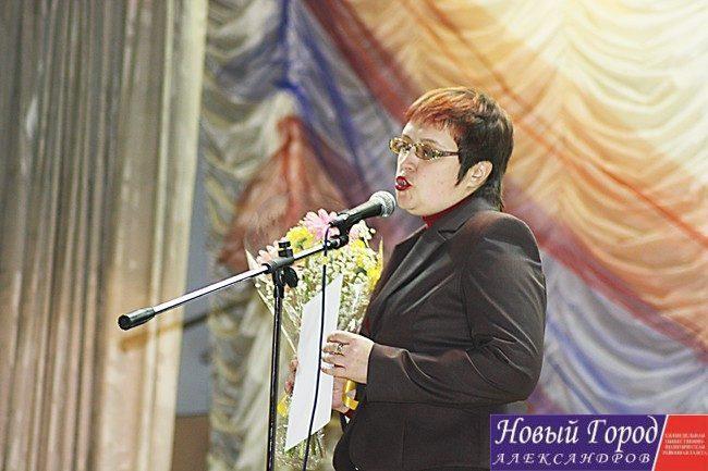 Людмила Васильева поздравила коллектив клуба с юбилеем от профсоюза
