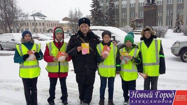 Дети дарили водителям открытки, которые сделали сами
