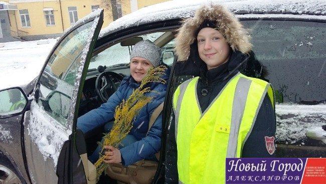 В Александрове сотрудники ГИБДД и дети поздравили автоледи с праздником
