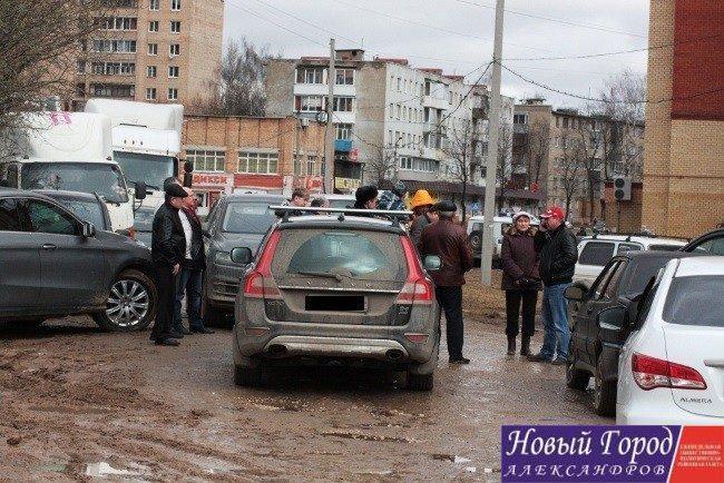Автомобилисты перекрыли улицу