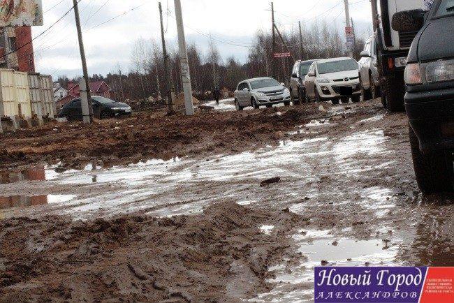 Дорога на улице Жулёва в грязи и лужах