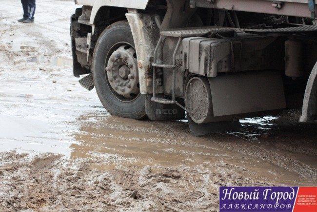 Грузовой транспорт практически разрушил автодорогу, которую жители ремонтировали за свой счёт