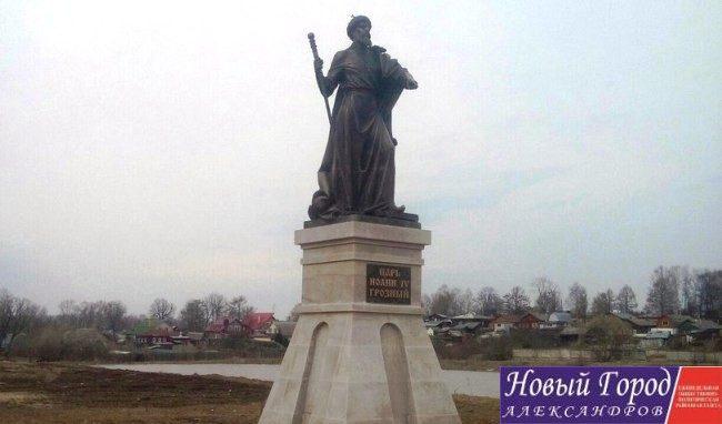 Памятник установили на набережной речки Серая