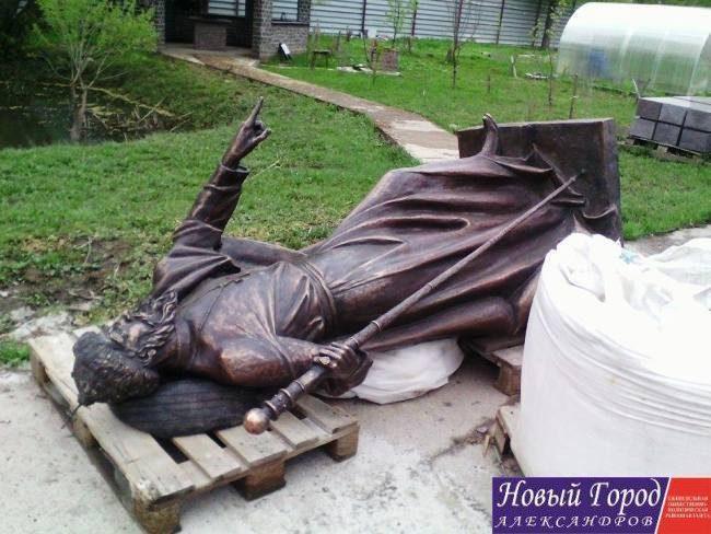 Авторы монумента Ивану Грозному вАлександрове увезли скульптуру изгорода