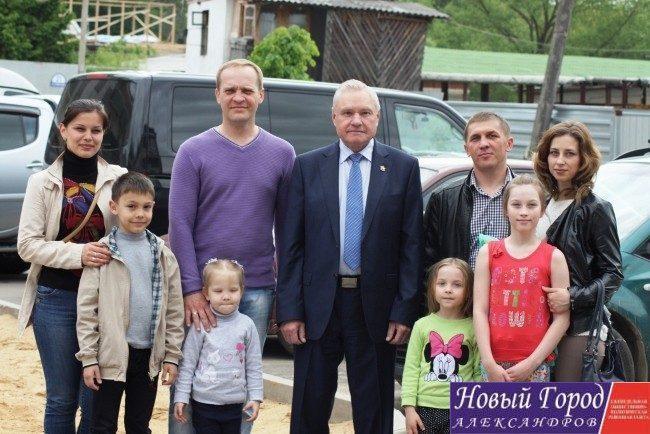 Семьи из ЛНР получили ключи от новых квартир