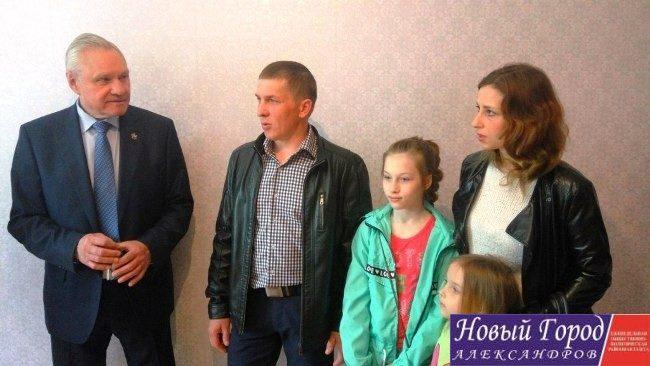 Валерий Выборнов подарил квартиры двум семьям из ЛНР