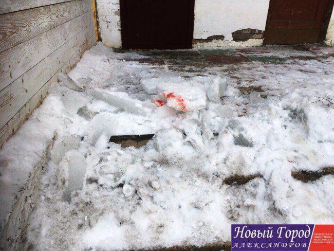 Жительница Александрова спасла сына отупавшей скрыши глыбы снега